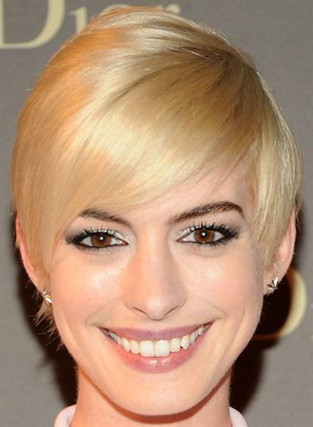 Фото прическа короткая блондинка с челкой на бок
